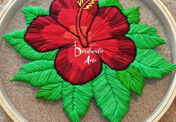 Bordar a mano flor hibiscus en tela tul o tela transparente.